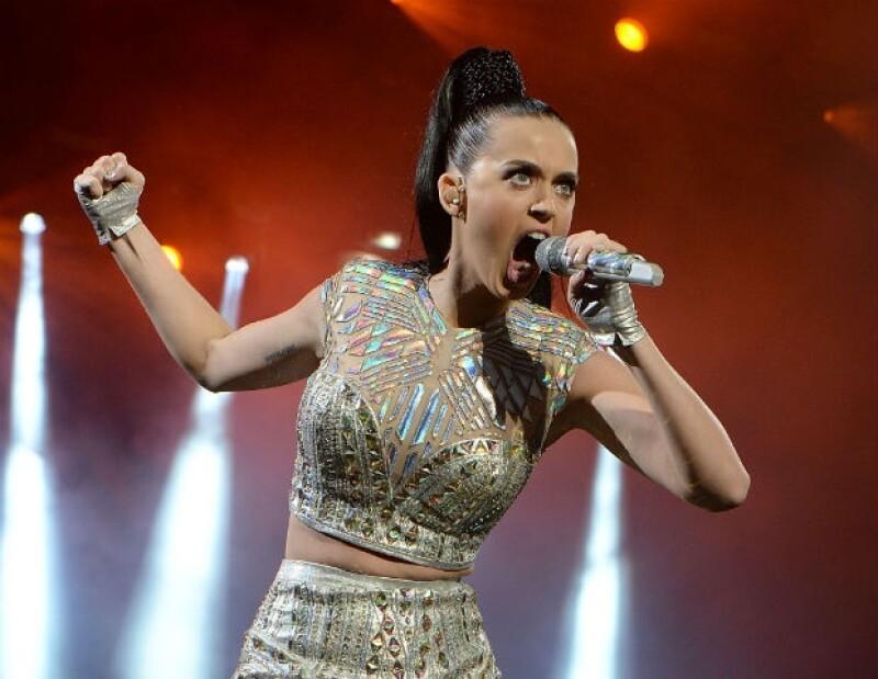 La cantante arribó a Brasil donde sus fans la esperaron durante horas en el resort donde el equipo de México también se encuentra concentrado.
