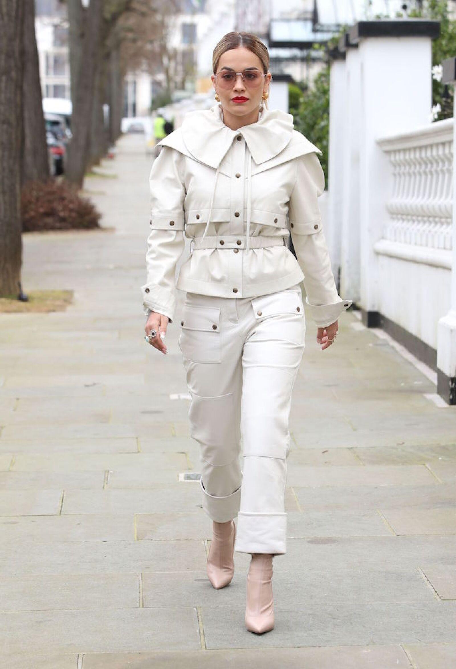 Rita Ora nos enseña como caminar por las calles de Londres con estilo