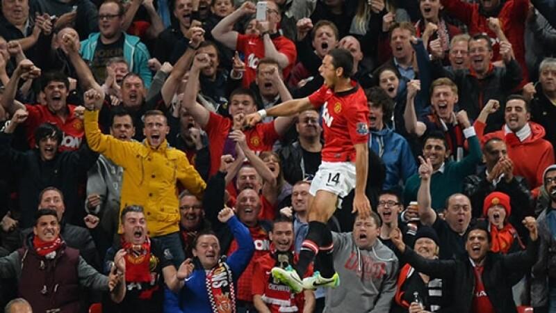 Javier Hernandez Chicharito anota ante el Liverpool