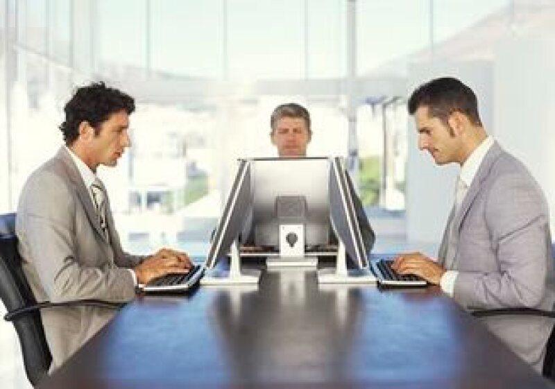 Antes de salir a buscar empleo es recomendable capacitarse y aprender técnicas de entrevista, afirma expertos. (Foto: Jupiter Images)