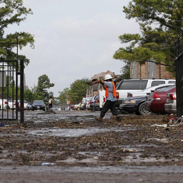 Vista de las inundaciones en Buffalo Bayou tras varios días de lluvias en Houston, Texas.