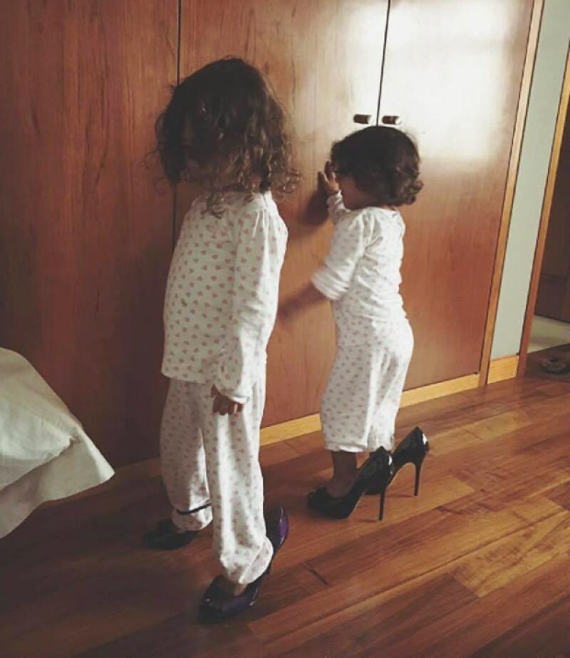 La conductora, quien espera a su tercera hija, compartió que el pasatiempo preferido de mini Jacky y Carolina es ponerse sus altísimos tacones.