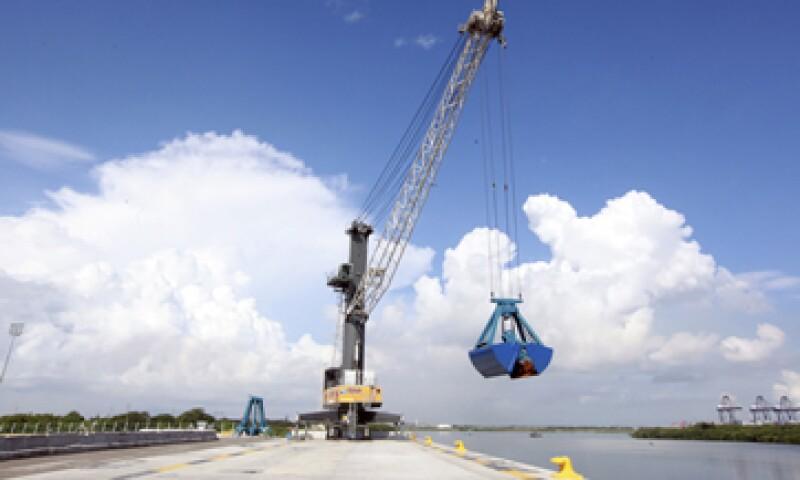 En agosto de 2012, el entonces presidente Felipe Calderón inauguró la terminal de minerales a granel en el puerto Lázaro Cárdenas. (Foto: Cuartoscuro)