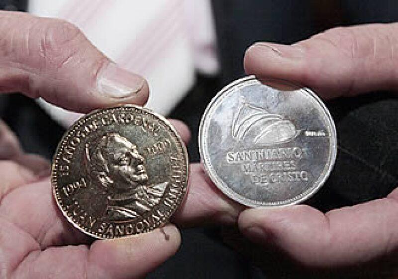 Las monedas con la imagen del cardenal Juan Sandoval Iñiguez buscan reunir recursos para la construcción de un templo. (Foto: Notimex)