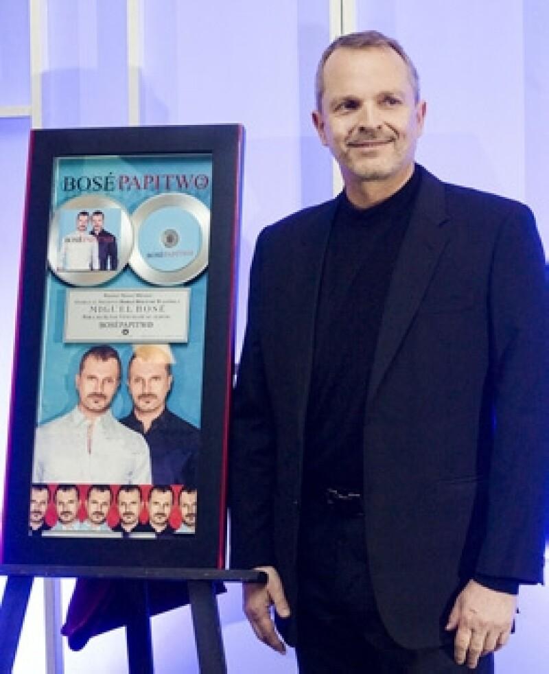 Esta tarde el cantante español se presentó en conferencia de prensa para anunciar el inicio de su gira `Papitwo´ en el país y para presumir doble disco de platino.