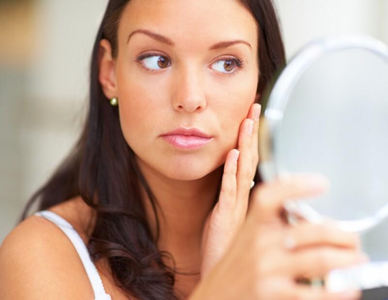 Sin darte cuenta, hay cosas que haces día a día que lastiman tu piel. Estos hábitos están causando erupciones y hasta arrugas. Te ayudamos a evitarlo.