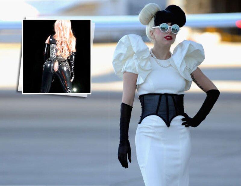 A la cantante se le rompió el pantalón diseñado por Versace, en el momento en que entraba en una moto en una presentación en Vancouver, Canadá.