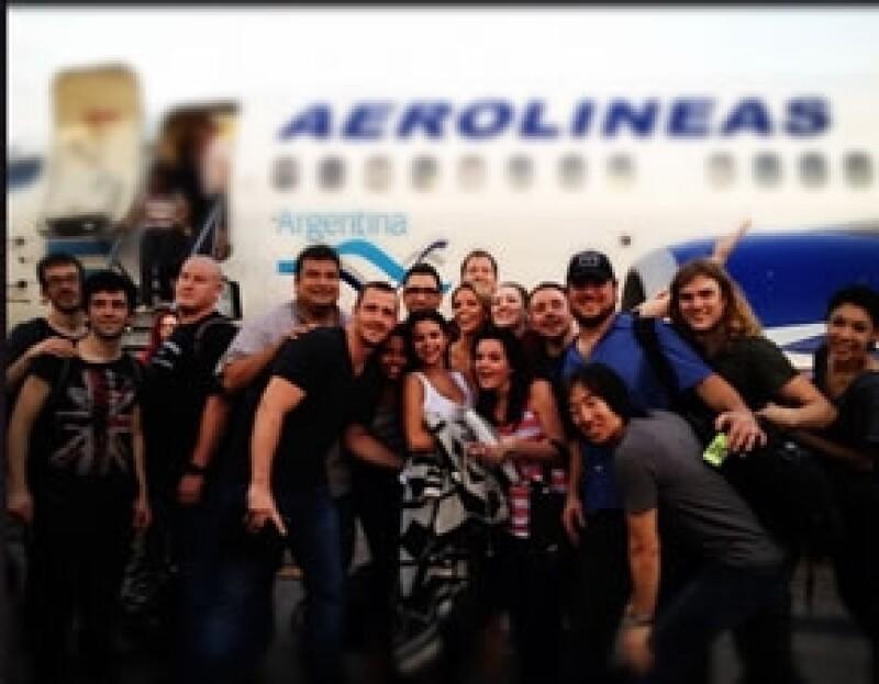 La cantante juvenil subió esta foto donde aparecen todos sus compañeros de trabajo.