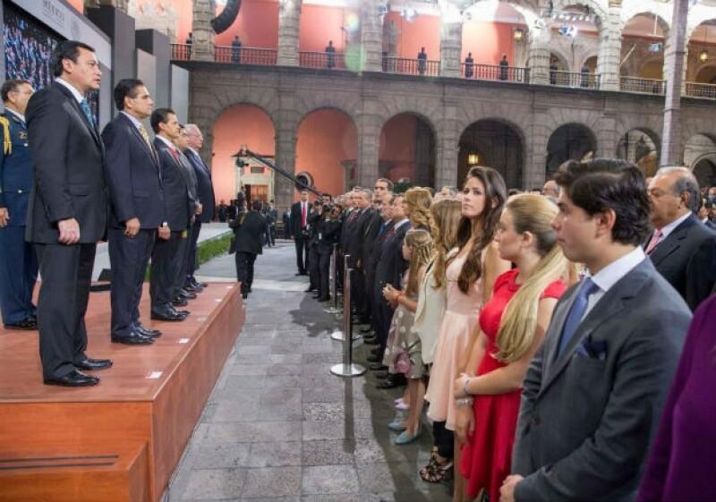 La familia presidencial estuvo atenta al mensaje de Peña Nieto. En la imagen podemos ver en primer plano a Alejandro Peña, seguido de Fernanda Castro, Nicole Peña, Sofía Castro, Regina Castro y Angélica Rivera.