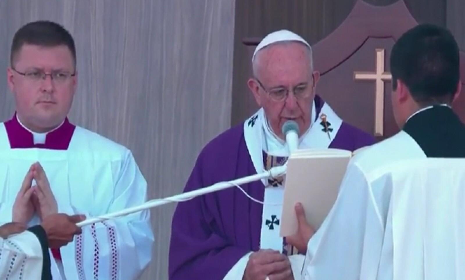 El pontífice estuvo rodeado de obispos y cientos de fieles.