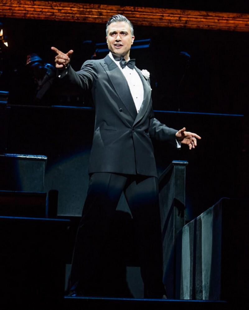El actor mexicano debutó en el papel de Billy Flynn en el famoso musical, recibiendo buenas críticas por su interpretación.