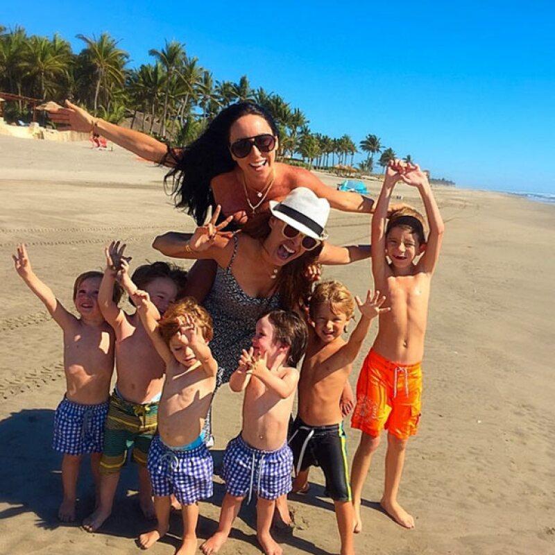 Las guapas conductoras compartieron unas tiernas fotos con sus pequeños en la playa, con las que demuestran la gran amistad que las une.