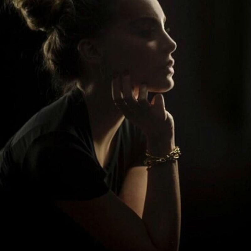 Belinda entre sombras. La artista se puso poética al recordar un tema del cantautor Antonio Orozco.