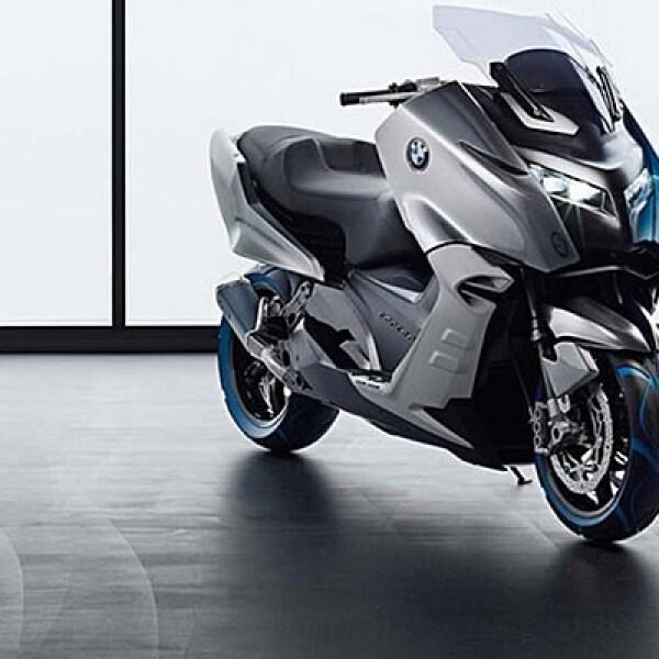 La firma alemana BMW presenta el Concept C, un 'scooter' de gran tamaño que será impulsado por  una máquina de 500 centímetros cúbicos y alcanzará velocidades de casi 120 km/h.
