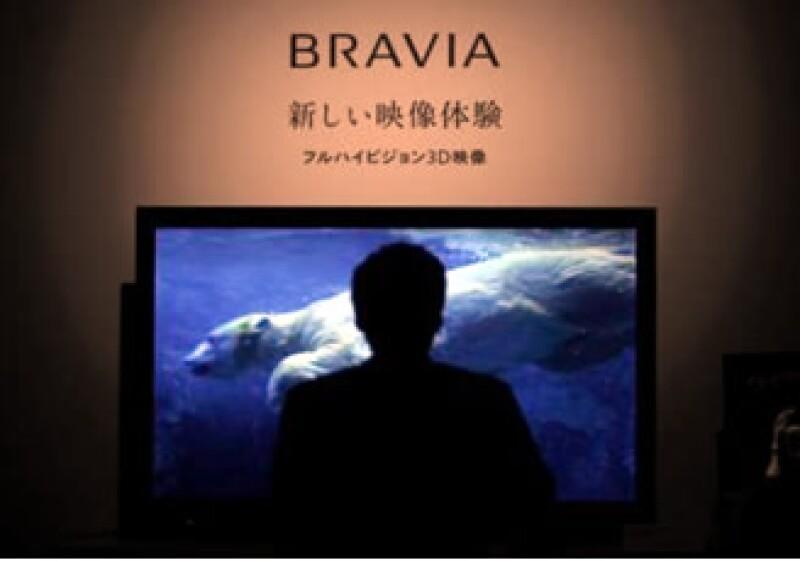 Un hombre ve uno de los nuevos modelos que Sony presentó para observar imágenes en tercera dimensión. (Foto: Reuters)