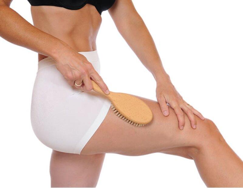 Uno de los más grandes beneficios del cepillado en seco es la exfoliación de la piel.