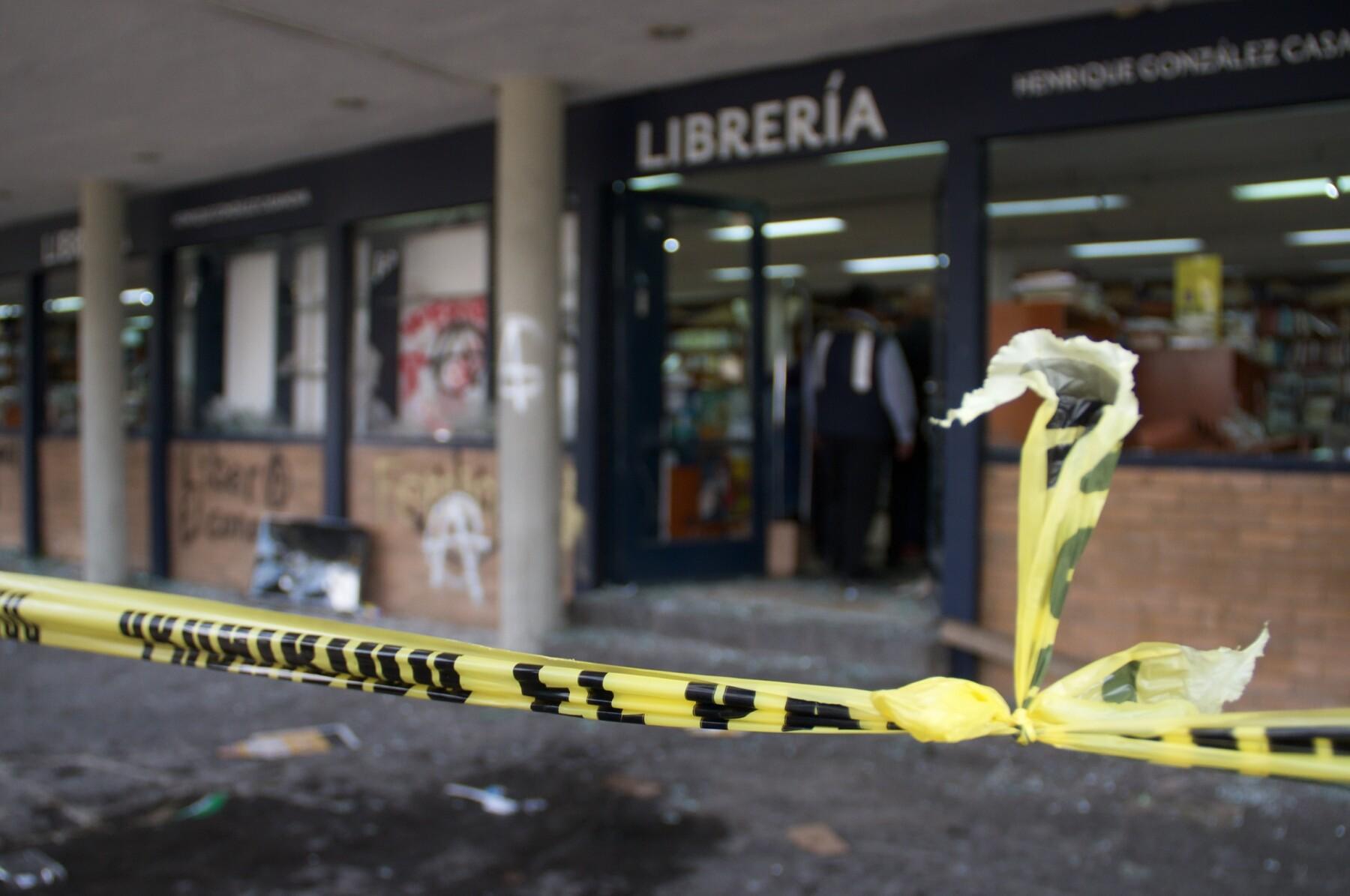 Librería destrozada en la UNAM
