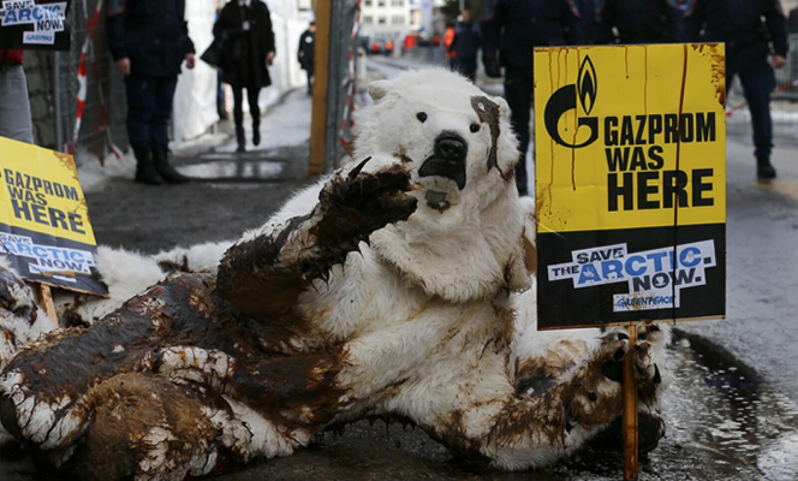 Activistas de Greenpeace vestidos de osos polares protestan cerca del WEF contra los derrames petroleros.