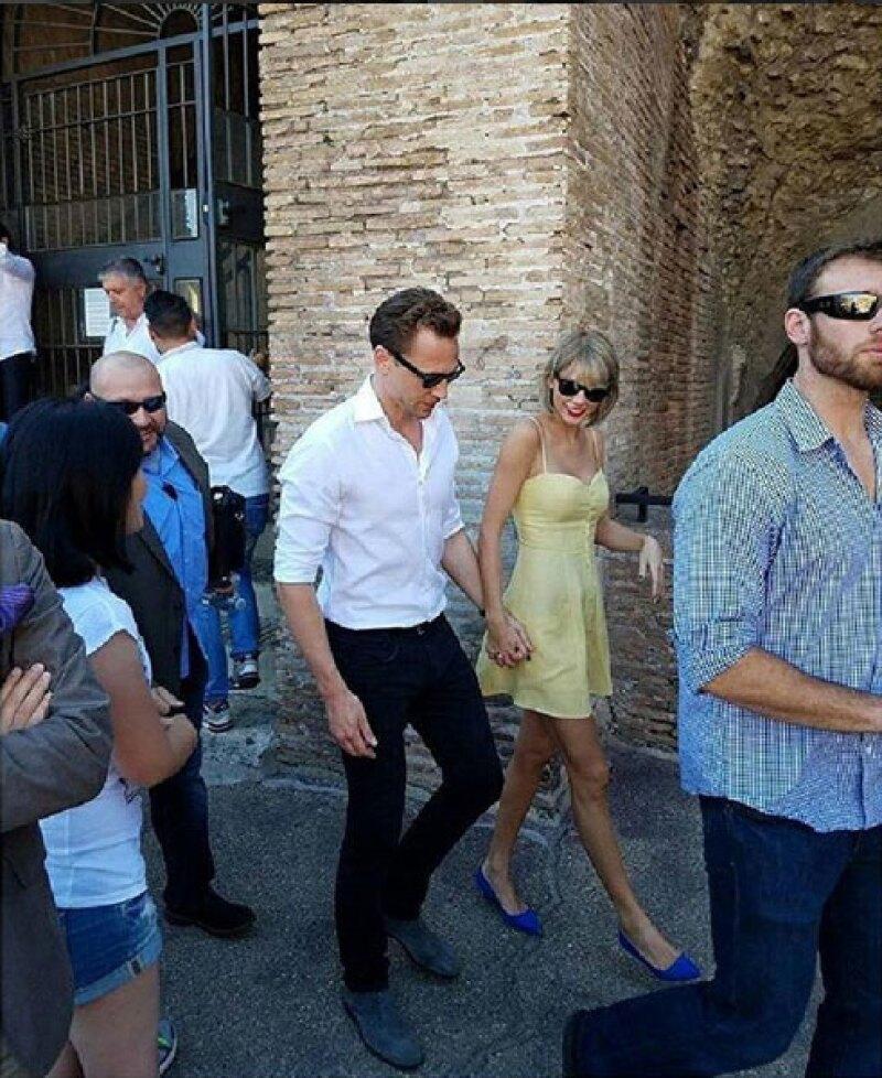 Después de visitar a la familia de él en Inglaterra, la pareja llegó a Italia, donde se han dejado ver entre calles y restaurantes, agarrados de la mano y en plan muy romántico.