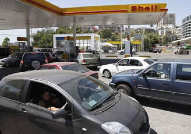 Sin embargo se observan largas filas de personas y automóviles en las gasolineras que están abiertas. (Foto: Reuters)