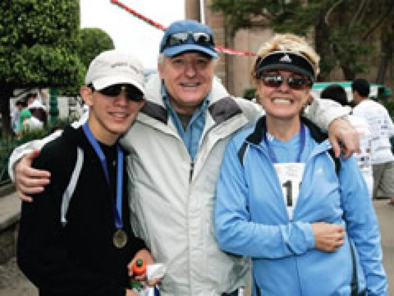 Fernando Martí con sus padres, Alejandro y Matilde, tres amantes del deporte en una carrera de la empresa en Valle de Bravo. (Gilberto Contreras)