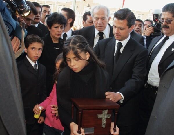 Alejandro, Nicole, Paulina y Enrique Peña Nieto durante el funeral de Mónica Pretelini.