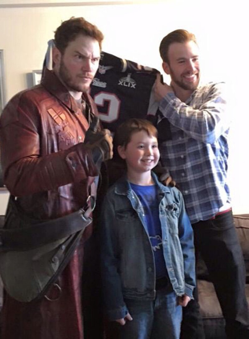 Chris Pratt y Chris Evans en su visita al hospital infantil de Boston.