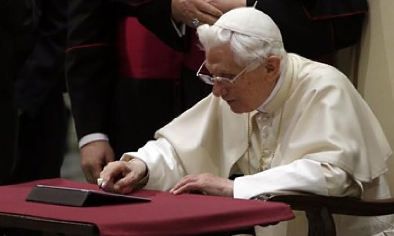 El Papa Benedicto XVI escribió su primer 'tuit'  ante la presencia de miles de personas. (Foto: AP)