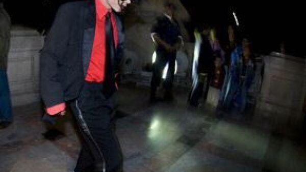 La policía de los Estados Unidos está buscando a uno de los médicos personales de Michael Jackson, pues este jueves se insinuó que el Rey del Pop pudo haber abusado de medicamentos prescritos