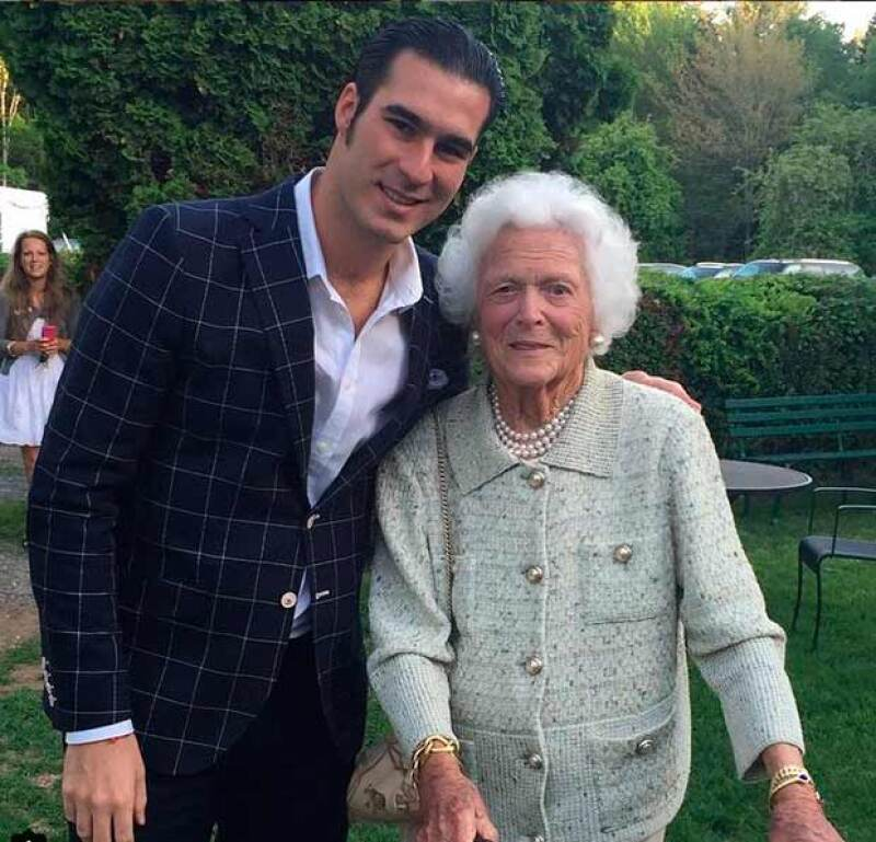 Mike Torruco junto a Barbara Bush.
