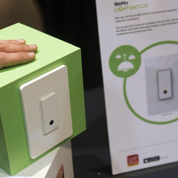 El interruptor WeMo de Belkin puede ser controlado con un teléfono inteligente. Estará en las tiendas cuando llegue el verano.