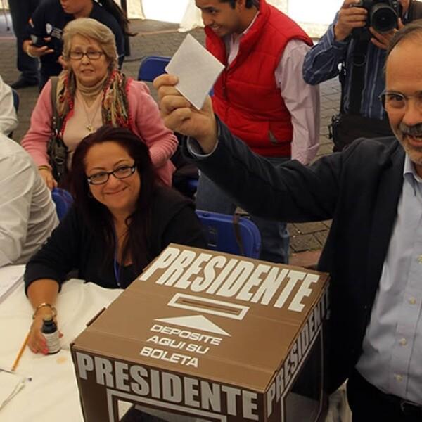Gustavo Madero votando