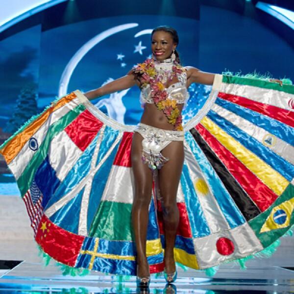 Miss Canadá, Adwoa Yamoah, luce las banderas de otros países participantes.