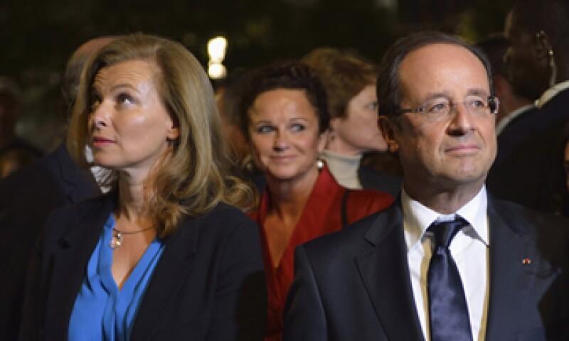 Trierweiler (i) no estaba casada con Hollande, pero ambos habían estado juntos desde 2006.  (Foto: Reuters)
