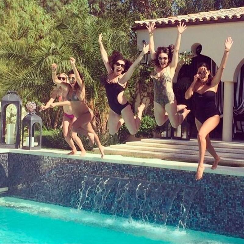 Embarazada por tercera ocasión, la socialité compartió en Instagram una imagen en la que la vemos lucir su pancita en un bikini.