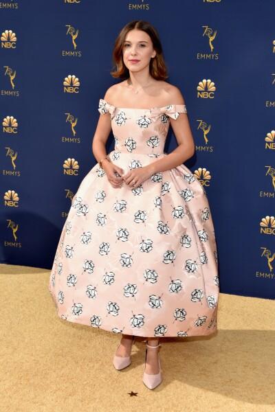 Como una princesa, Millie Bobby Brown llegó en este look de Calvin Klein
