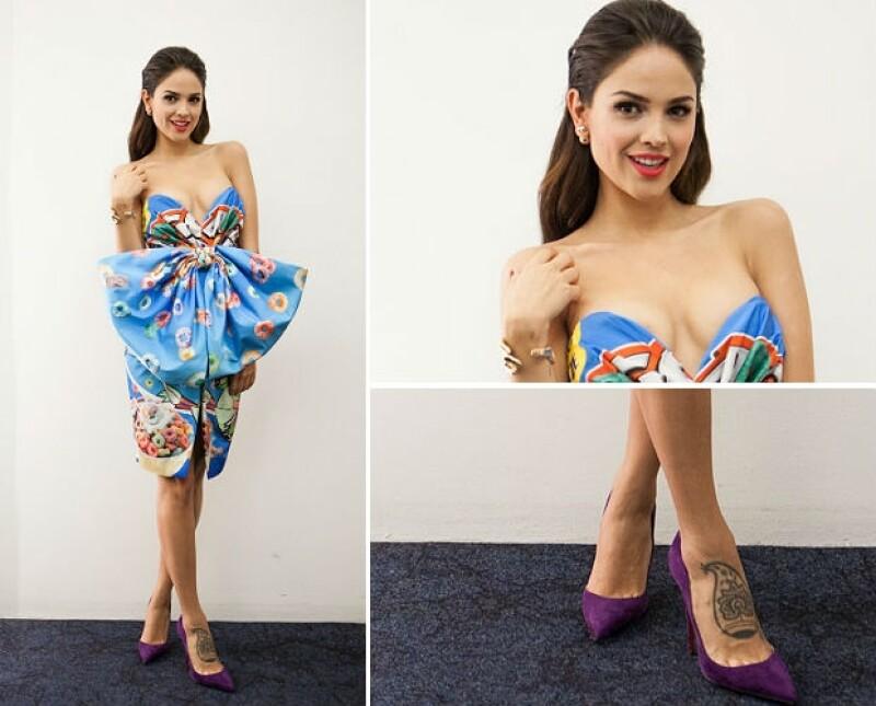Eiza en un vestido Moschino con moño, zapatos Christian Louboutin y brazalete Delfina Delettrez.