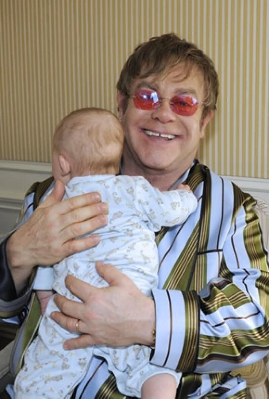 Elton John orgulloso padre tras el nacimiento de Zachary.