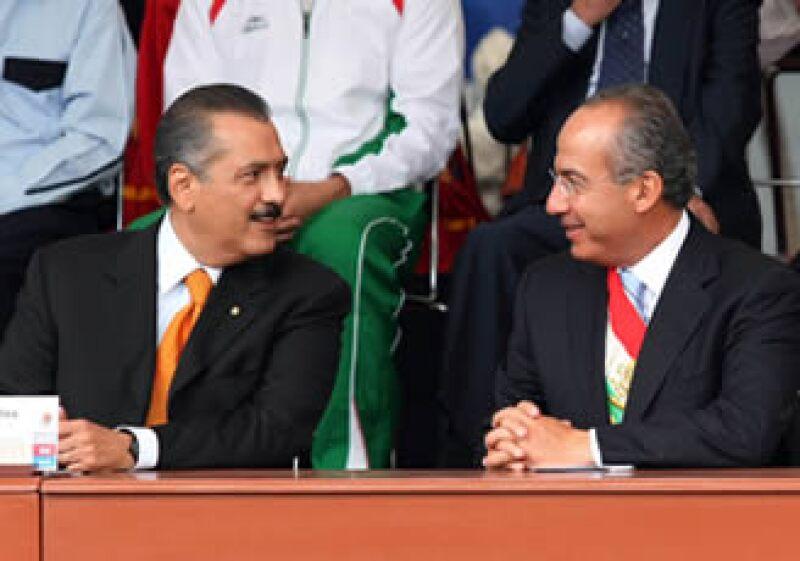 El senador Manlio Fabio Beltrones (izq) respaldó la propuesta del Gobierno de mantener un déficit presupuestal del 0.3% respecto al PIB en 2011. (Foto: Notimex)