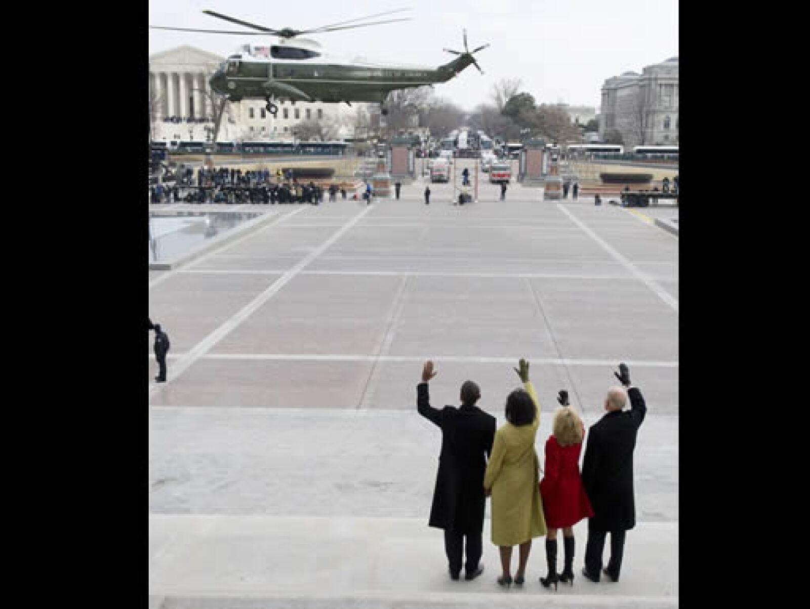 El presidente Barack Obama y el vicepresidente Joe Biden, junto con sus esposas Michelle y Jill, despiden el helicóptero en que George W. Bush y su esposa Laura dejaron el Capitolio.