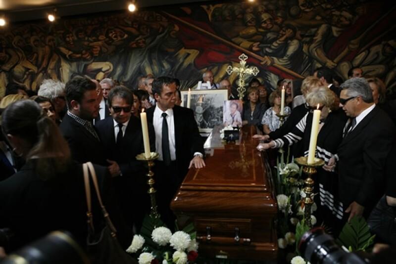Familiares y compañeros actores despidieron a Joaquín Cordero en el lobby del teatro Jorge Negrete.