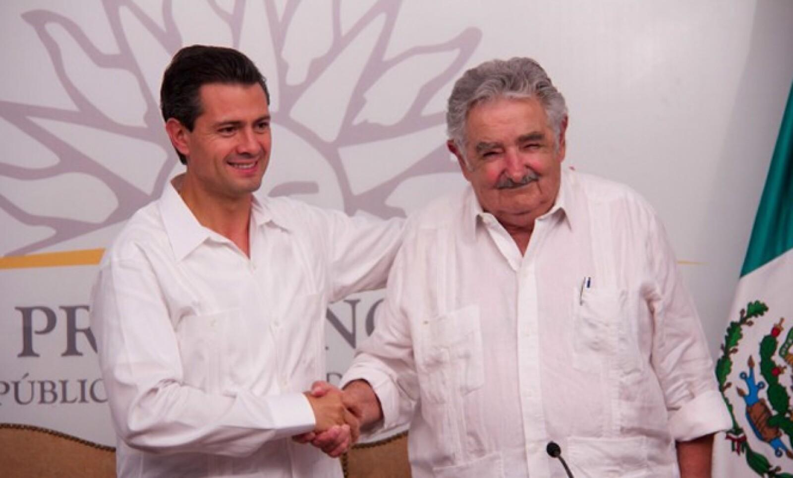 El 28 de enero, el mandatario acudió a Montevideo para visitar al presidente José Mujica, con quien acordó fortalecer el acuerdo de libre de comercio entre ambas naciones.