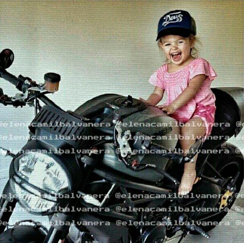 Elena ha heredado el gusto por la motos de su papá Jaime Camil.