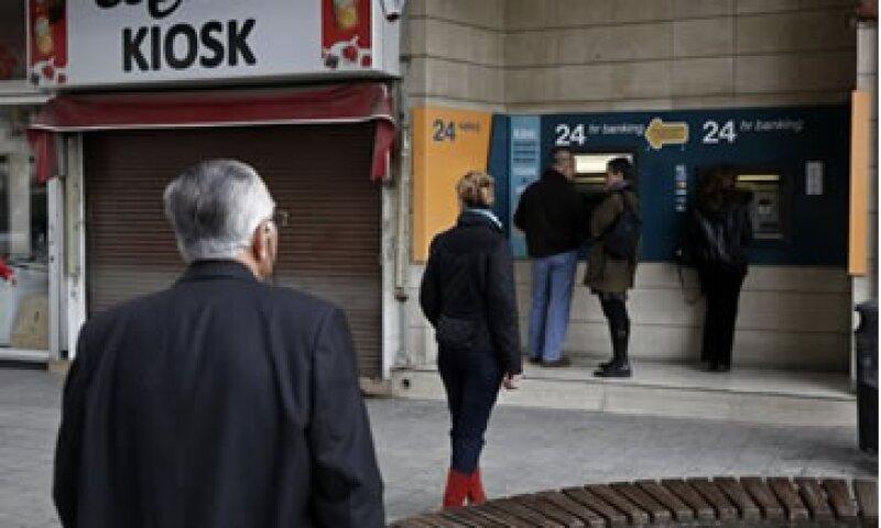 El Banco de Chipre dijo que de eximir a los pequeños ahorradores, se obtendría una cantidad menor de recursos a la exigida por los socios europeos del país.  (Foto: Reuters)