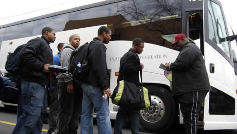 Estudiantes de la Universidad Morehouse, donde SE graduó Martin Luther King Jr., en Atlanta, abordaron autobuses hacia Washington.