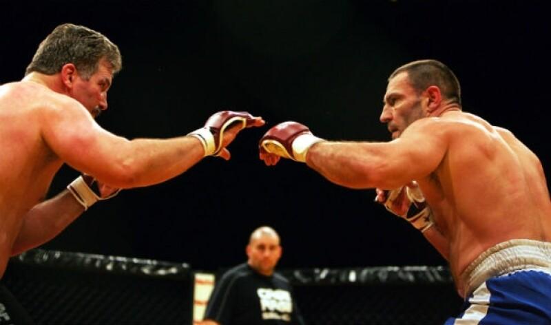 Legeno (derecha) fue competidor de artes marciales mixtas.