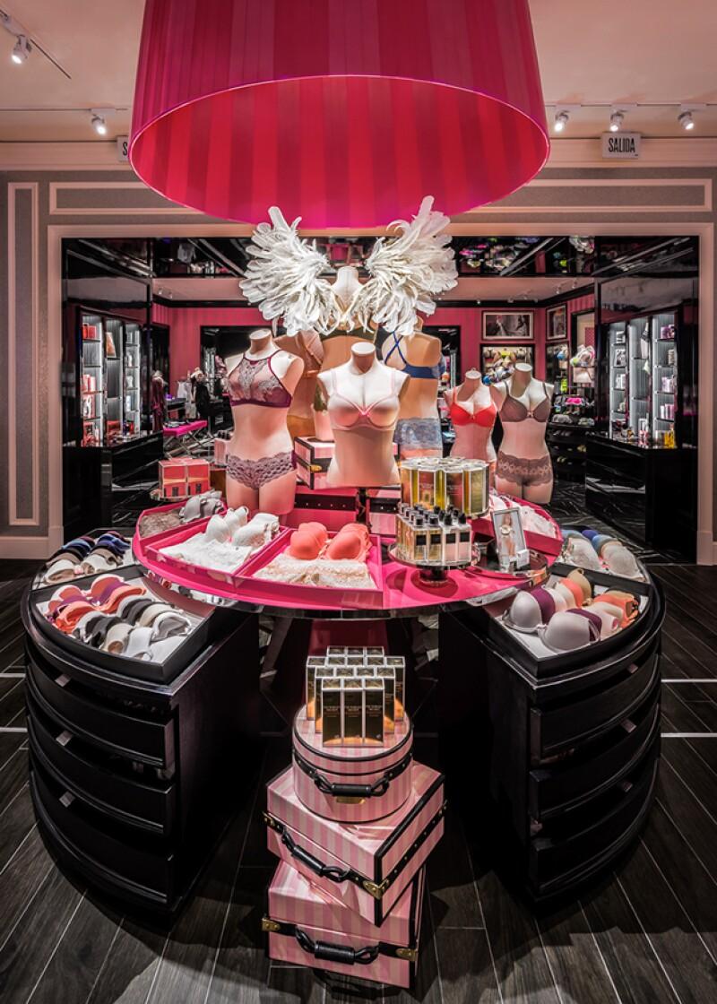 El diseño de la tienda lleva el glamour y sofisticación a otro nivel. La fachada toma un enfoque moderno con una llamativa fachada color rosa.