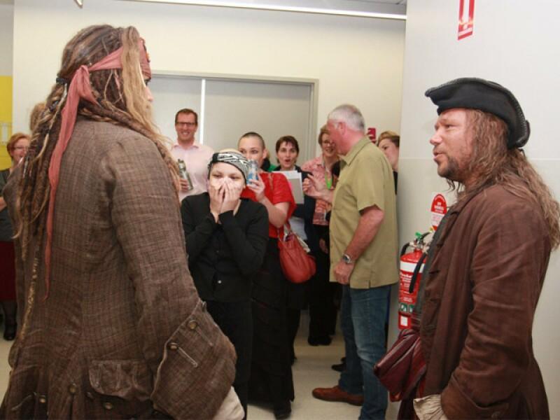 Jack Sparrow y Scrum fueron protagonistas de una tarde muy divertida en el hospital.