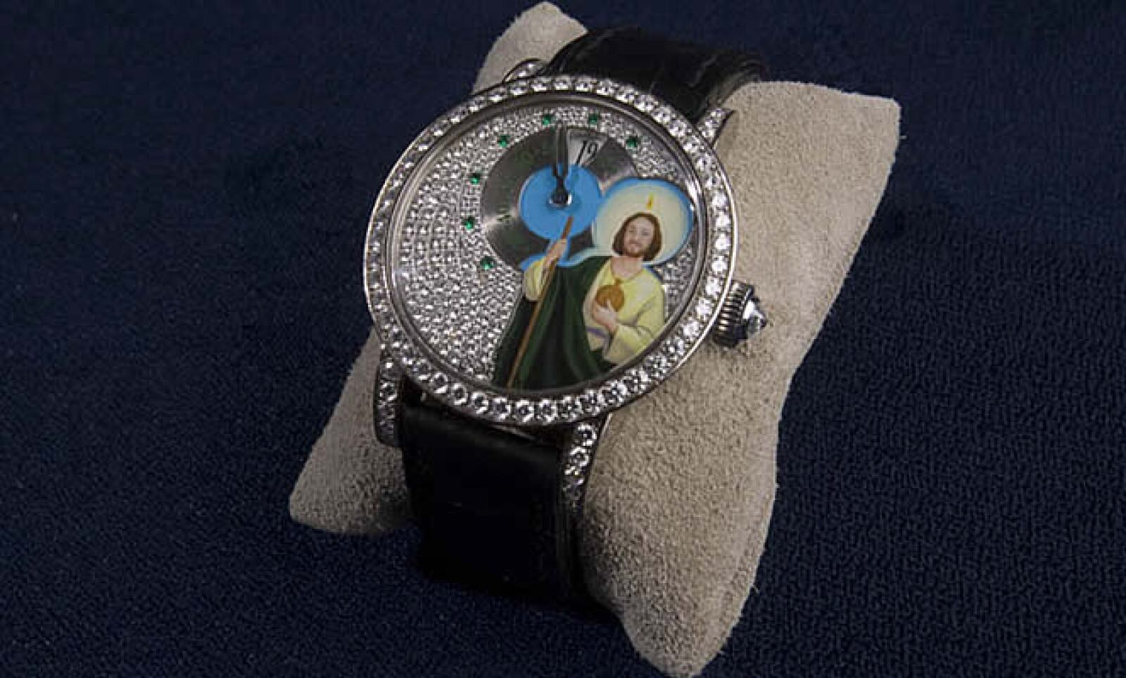 Este reloj muestra la imagen de San Judas Tadeo, un santo muy venerado en México. También hay uno con la Santa Muerte, que se llama Happy Ghost.