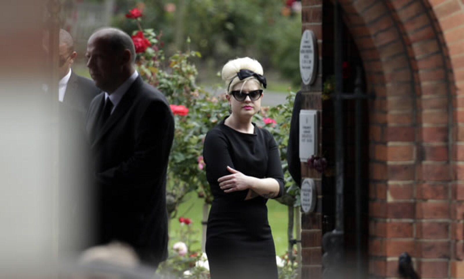 La conductora de televisión Kelly Osbourne, con un peinado batido en el estilo característico de la cantante, fue una de las asistentes al cementerio de Edgwarebury.